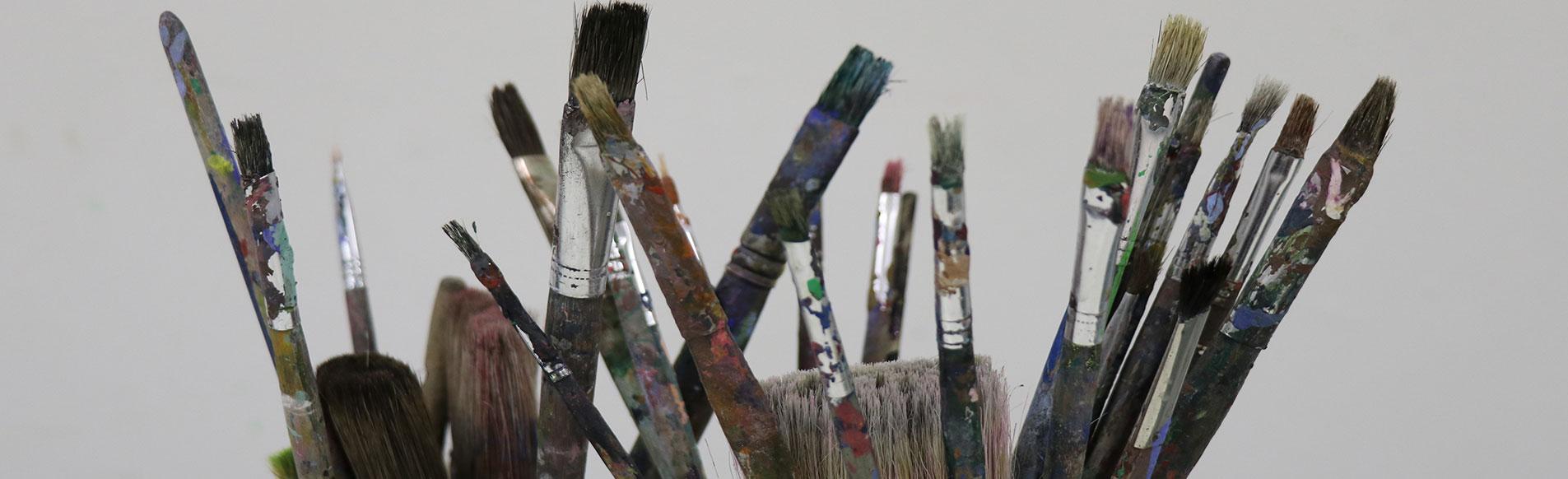 Acrylmalerei mit Staffelei und Leinwand
